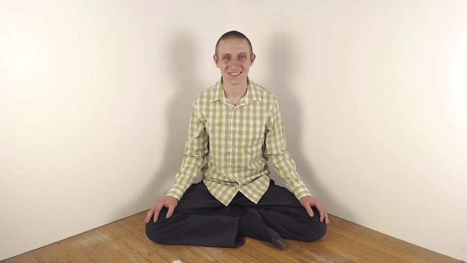 El perturbador caso de Benjamin Bennett, el hombre que sólo se graba sentado y sonriendo